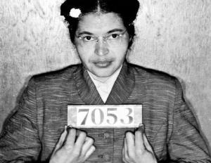 Rosa Parks, detenida luego del incidente del autobús: su gesto desató una revuelta antirracial.